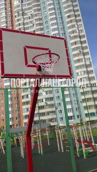 Коммунальные службы заменили сетку на баскетбольном кольце на Липчанского