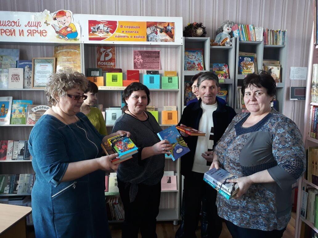 Инициативные петровчане провели акцию «Подари книгу библиотеке»