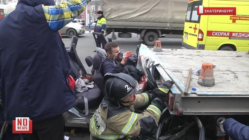 Водителя вырезают из искореженной машины
