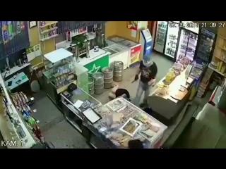 В Самаре грабитель напал на магазин с кухонным ножом и изрезал двух женщин. Они живы, их уже выписали из больницы.