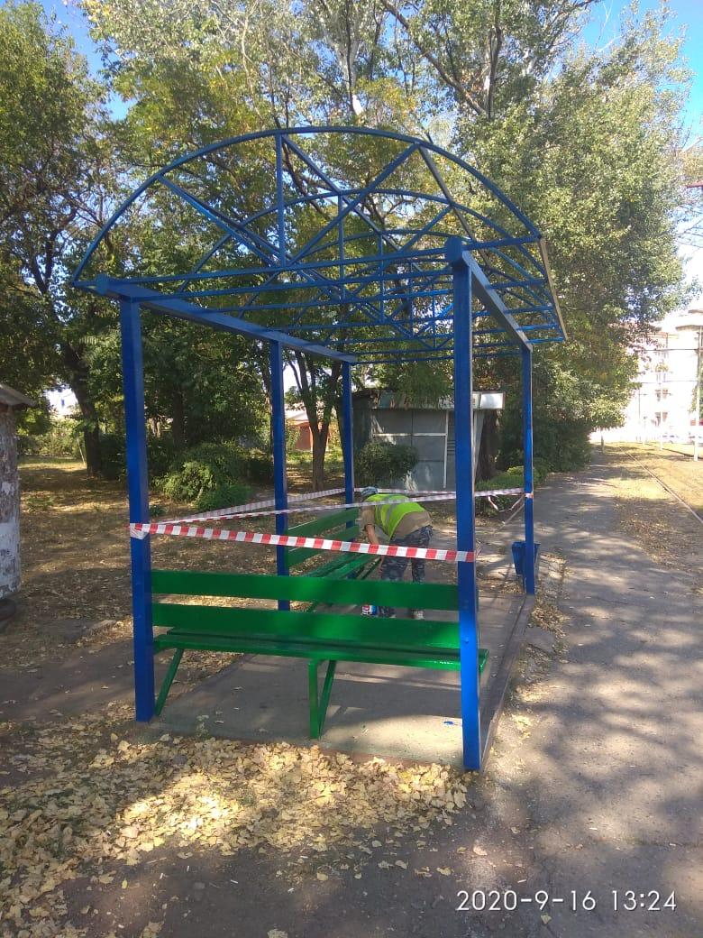 В Таганроге выполняются работы по ремонту и окраске трамвайных остановок