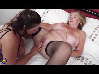 Грудастая зрелая лесбиянка лижет и трахает друг друга