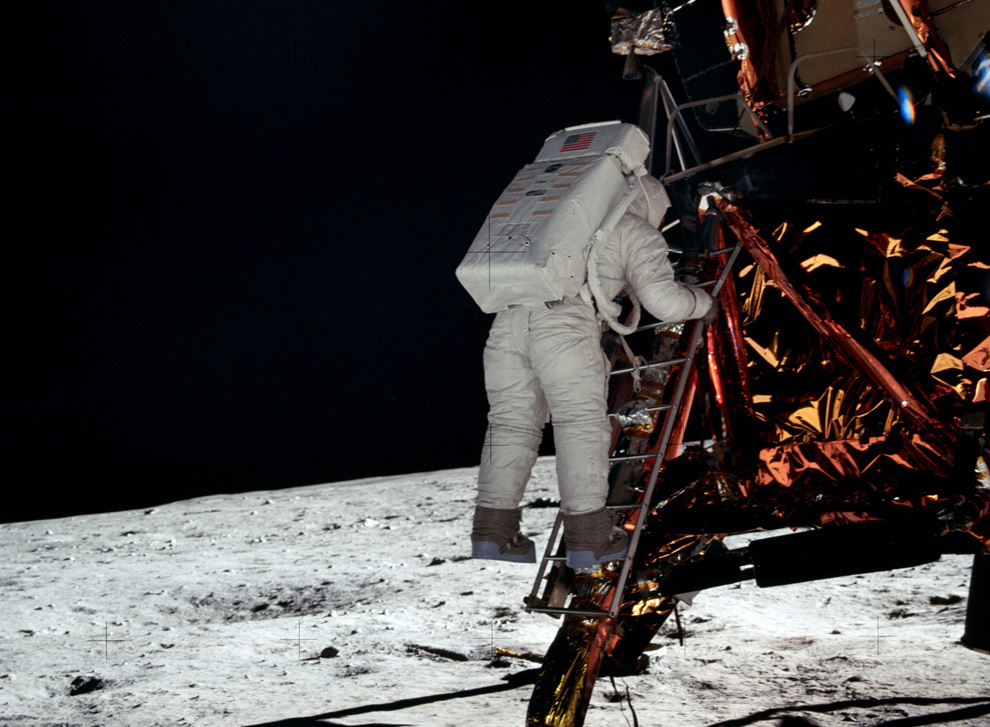 23) Путь астронавта База Олдрина к лунной поверхности от лунного модуля. (NASA)