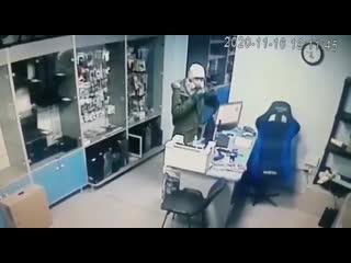 Тихая кража в магазине АКБ на Соколова, 85 в Ростове ()