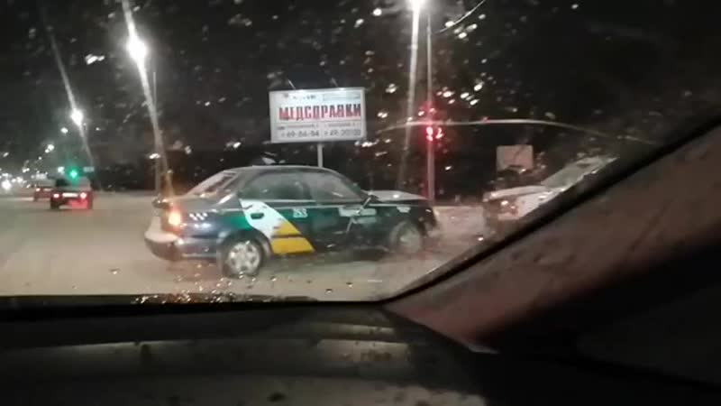 Столкнулись лоб в лоб два таксиста на Победе🤷♂️