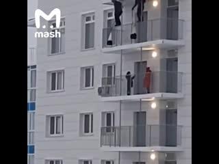 Два экстремала из красноярска решили выйти с балкона 24 этажа