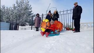 Зима, отдых, горка, ватрушки. Жилой дом в городе Лиски Воронежская область.