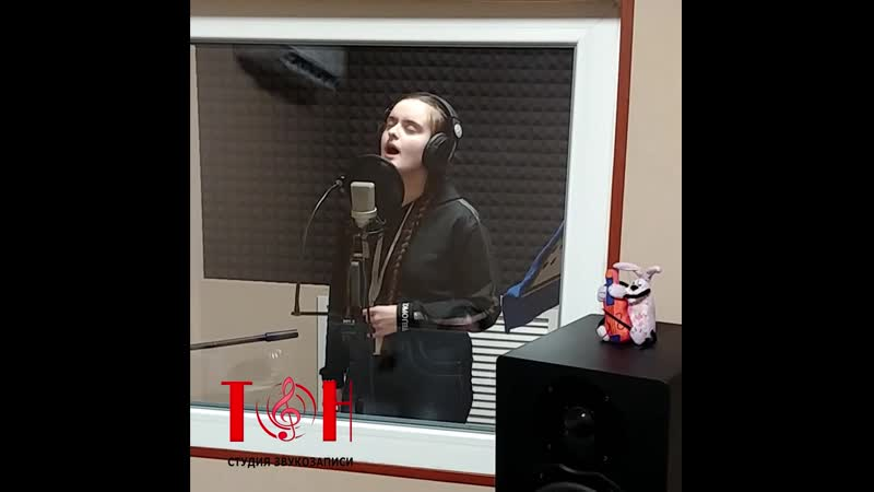 Laura Barsegyan на студии звукозаписи