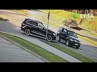 Кадры расстрела гражданина Латвии в Риге. Киллеры ехали на машине с российскими номерами