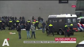 Tensions à Amsterdam aux Pays-Bas où les forces de l'ordre dispersent par la force la manifestation