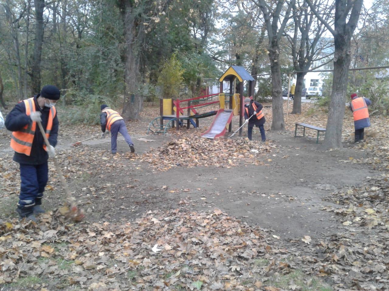 МКУ «Благоустройство»: В Таганроге продолжаются работы по уборке детских игровых площадок