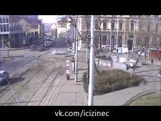 Srážka policistů s ujíždějícím autem na Karlově náměstí