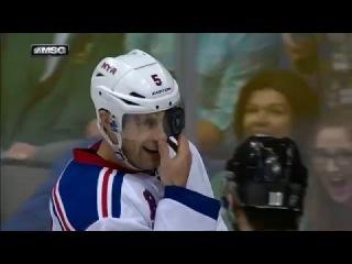 Защитнику Дэну Джирарди шайба залетела под козырек хоккейного шлема.