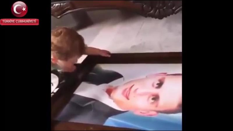 şehit bebeğinin babasının resmine bakıp ağlaması