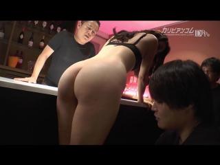 HQ. БЕЗ ЦЕНЗУРЫ! Maki Hojo супер сексуальная замужняя #сексвайф обслужила студентов в баре. #МЖММ