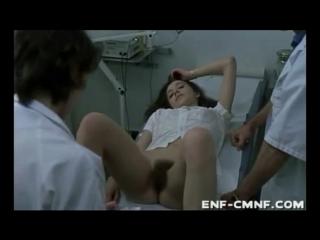 Медицинский ENF, CMNF: несколько медицинских студентов ощупывают смущённую голую пациентку