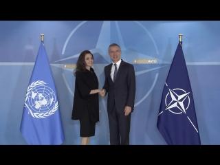 Анджелина Джоли и Генеральный секретарь НАТО Йенс Столтенберг на встрече в Штаб-квартире совета НАТО в Брюсселе