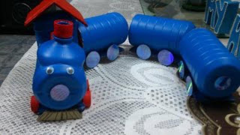 Trencito de juguete hecho con botellas de lejía o com material reciclado