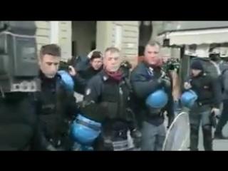 Италия. Полиция отказывается избивать протестующих и снимает шлемы