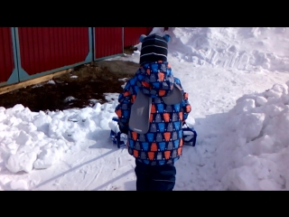 Сынок помогает снег возить