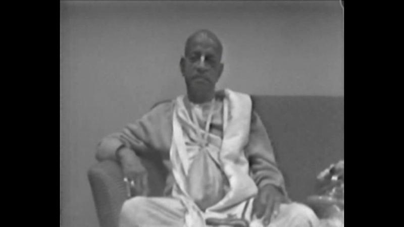 Шрила Прабхупада в аэропорту Нью Йорка 1974