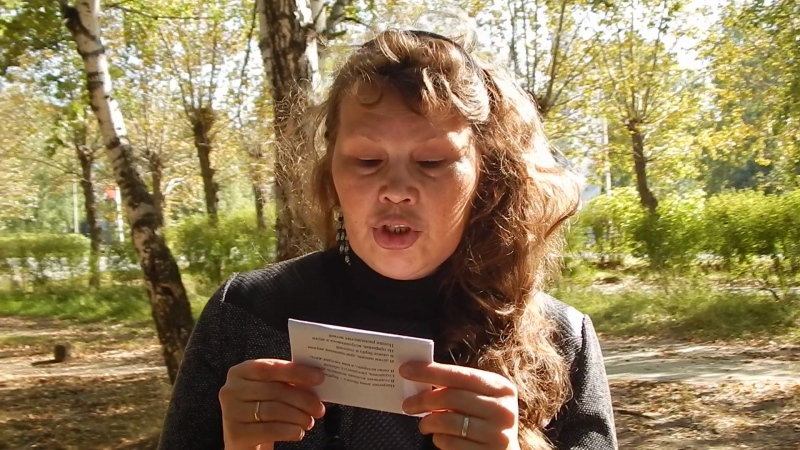 DSCN658302.09.2017г. Напротив здания городской администрации. Наталья Данилова читает свои стихи.