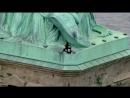 New York Frau klettert aus Protest gegen die Migrationspolitik von Donald Trump auf New Yorker Freiheitsstatue 04 07 2018