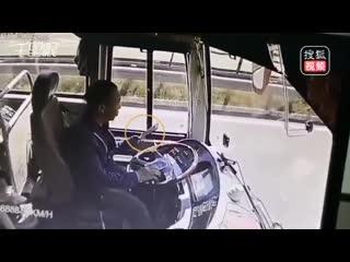 Водитель автобуса засмотрелся в телефон. ДТП, Китай