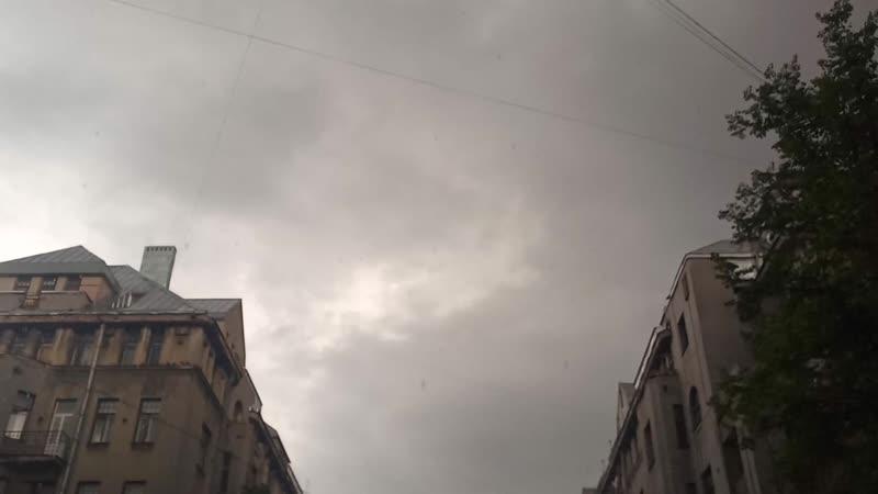 в Питере град сменившийся ливнем с грозой и молниями