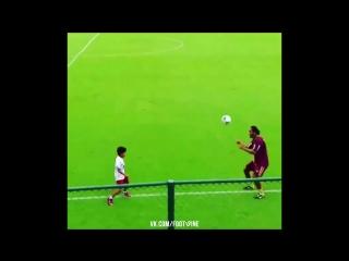 Роналдиньо играет с ребенком!