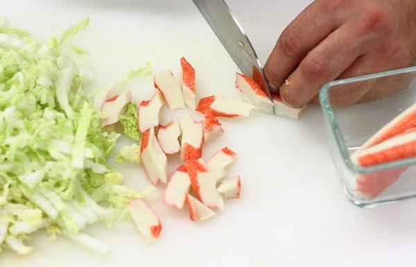 Салат с крабовыми палочками и овощами, изображение №2