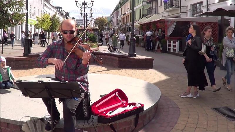 Девушка слушает скрипку