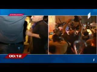 В Тбилиси митингующие штурмуют парламент