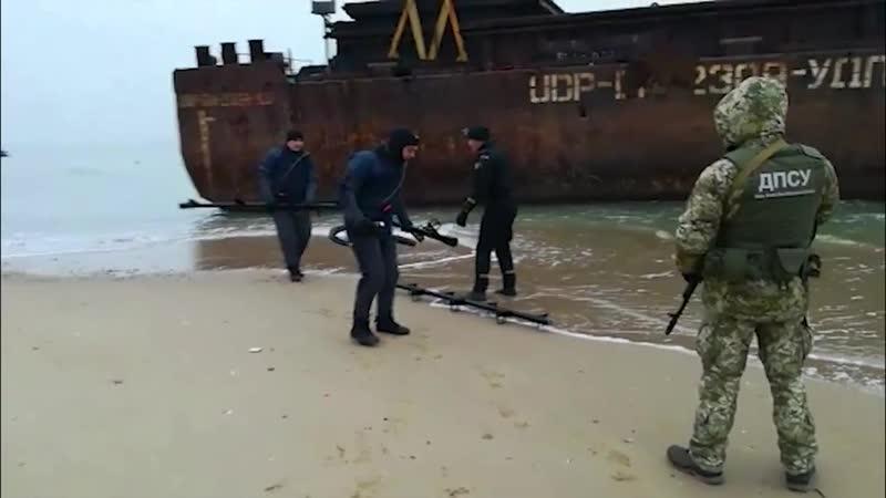 Прикордонники взяли під охорону баржу яку прибило до берега
