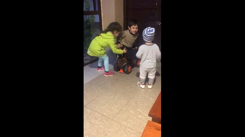 Рустамчик играет с братом и сестрой в беседке