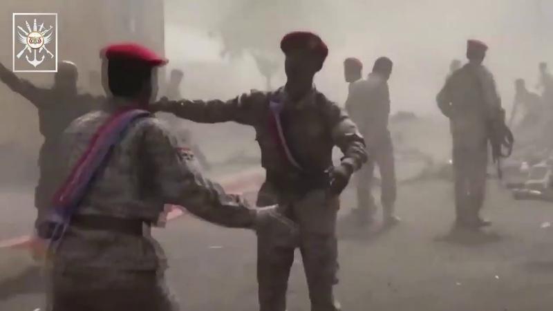 Йеменские хуситы с помощью баллистической ракеты и беспилотника Qasef 2 атаковали военный парад про саудитских хадистов в лагере Джалаа в районе Барига в г Аден в Йемене