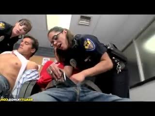 Две полицайки заставили задержанных себя выебать (sex, porn, секс, порно, полиция, police, uniform)