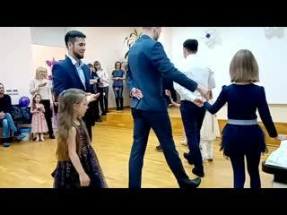 Врачи отделений выхаживания недоношеных детей Перинатального центра г. Тюмень танцуют со своими выпускницами