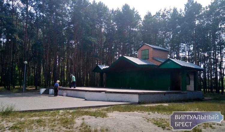 На сцене в парке, где будет пикет в поддержку Тихановской, появилась нецензурная надпись