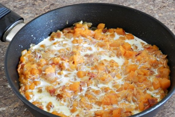 Спагетти в тыквенном соусе с беконом Тыква - замечательный овощ, украшает наше осеннее меню, добавляя в него яркий оранжевый цвет и нежный вкус. Любителям тыквы несомненно понравятся спагетти в