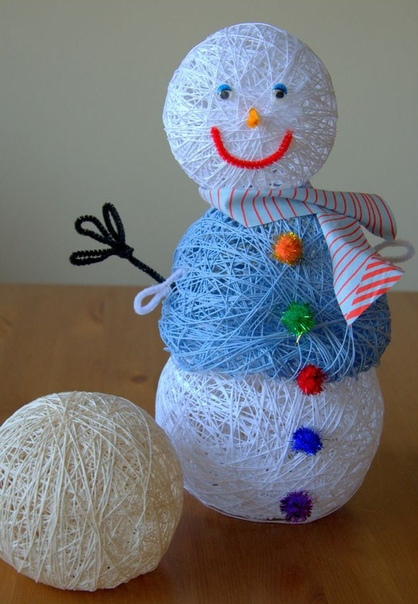 СНЕГОВИК ИЗ НИТОК Для изготовления этой поделки к Новому году вам понадобятся нитки (лучше всего хлопок или вискоза), воздушные шарики, клей ПВА, жирный крем (вазелин).Чтобы сделать снеговика из