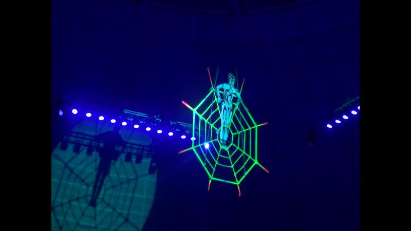 человек-паук под куполом цирка