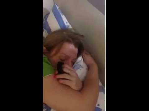 Парень с игрушечным самолетом в руке изображает полет под храп спящей девушки.