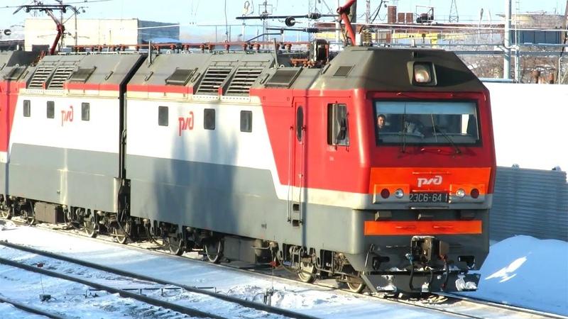Грузовой поезд потихоньку выходит со станции электровоз 2ЭС6 641