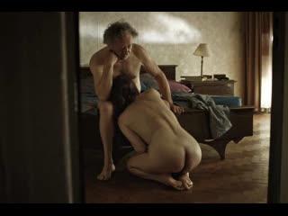 Жена пытается поднять вялый член старого мужа (старая жена взяла в рот, сосет хуй, минет деду, кончил в рот)