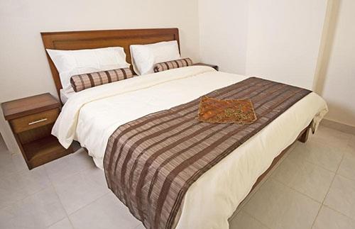 Покрывало находится на вершине одеяла и является декоративным.