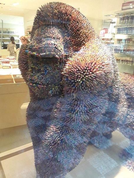 Скульптура гориллы в натуральную величину, сделанная полностью из цветных карандашей (Чехия