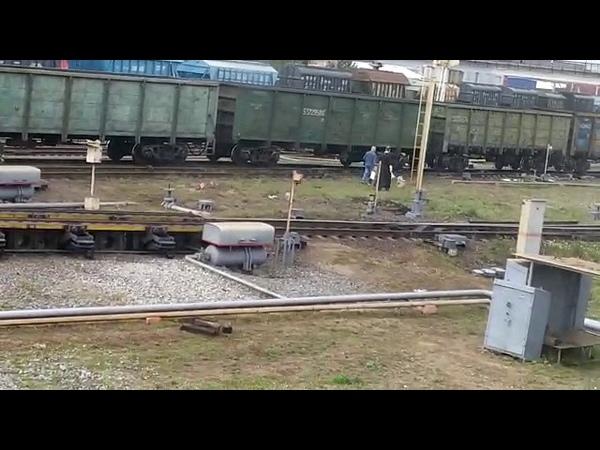 Батюшка с кадилом на узловой станции освящает жд пути
