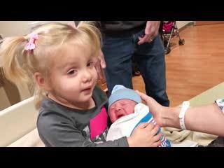 Прикольные ситуации когда старшие братья и сёстры встречают новорождённых детей
