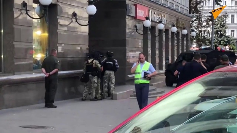 Live From Kiev as Man Threatens People in Bank With Bomb